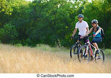 berg, buiten, paar, jonge, fietsen, paardrijden, vrolijke