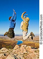 berg, hikers, twee, springt, top, vrolijk