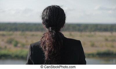 berg, leven, vrouw zaak, natuur, denken, travel., vrije tijd, nakomeling kijkend, succesvolle , natuur, vrijheid, achtergrond, over, meisje, het genieten van, ondergaande zon , landscape, aanzicht