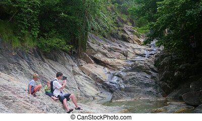 berg, smartphone, river., gezin, oever, maakt, zit, foto