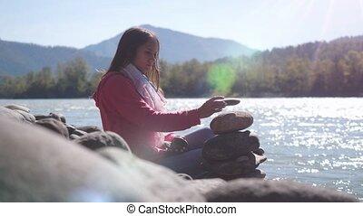 berg, vrouw, motion., jonge, volgende, vertragen, brunette, 3840x2160, het putten, kiezelsteen, rivier, stapel
