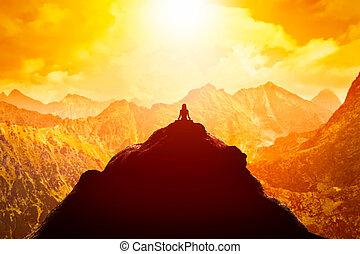 bergen, zittende , wolken, boven, bovenzijde, sunset., yoga positie, peinzende vrouw