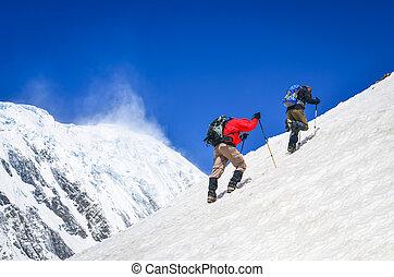 bergtopen, twee, trekkers, heuvel, achtergrond, sneeuwde, steil