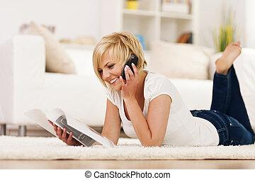 bestellen, catalogus, vrouw, iets, vrolijke