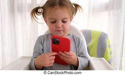 beweeglijk, baby meisje, spelend, telefoon