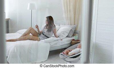 beweeglijk, schrijft, sociaal, netten, volgende, telefoon, blik, mamma, interior., baby, witte , stoel, tandbederf