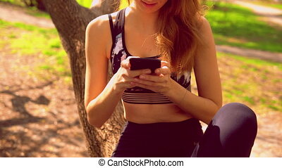 beweeglijk, sportswoman, texting, boodschap, buitenshuis