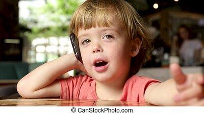 beweeglijk, vrolijk, toddler, het spreken, telefoon