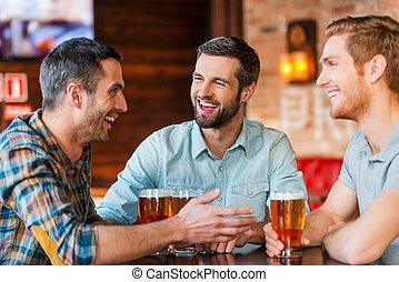 bier, bar, zittende , mannen, drie, samen, jonge, klesten, terwijl, slijtage, friends., drinkt, vergadering, ongedwongen, best, vrolijke