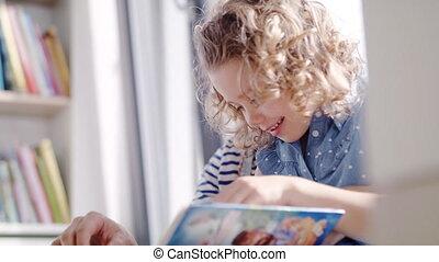 binnen, moeder, lezende , meisje, kleine, thuis, book., schattig