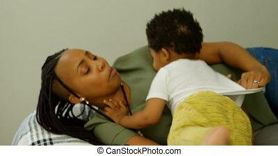 black , haar, huis voorkant, comfortabel, aanzicht, moeder, 4k, bed, spelend, zoon, jonge