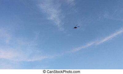 blauwe , helikopter, vliegen, hemel, tegen