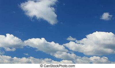 blauwe hemel, bewolkt