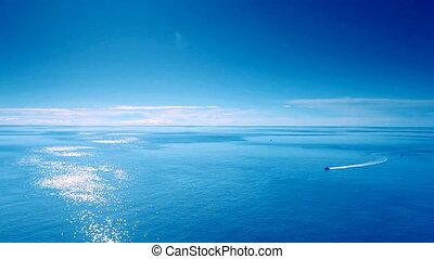 blauwe hemel, scheepje, zee