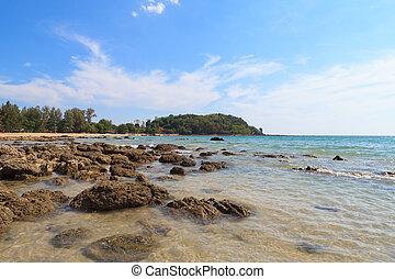 blauwe hemel, steen, strand