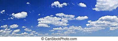 blauwe hemel, wite wolken, panoramisch