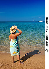 blauwe , staand, vrouw, stro, middellandse zee, nakomeling kijkend, hoedje, zee, pareo, strand, zanderig