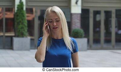 blauwe , straat., jonge, buitenshuis, verticaal, smartphone., afsluiten, boven., blonde, haar, blouse, vrouw, motion., klesten, het charmeren, achtergrond, vertragen