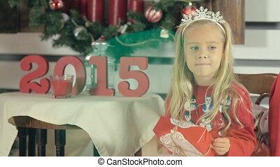 blauwe , weinig; niet zo(veel), box-gift, witte , boompje, eyes, langharige, meisje, verbazend, het glimlachen, zit, kerstmis