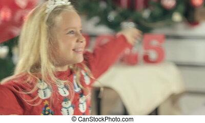 blauwe , weinig; niet zo(veel), haar, rejoices, eyes, langharige, lachen, blonde , moeder, plezier, meisje, hebben