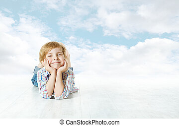 blauwe , wolken, hemel, kijken beneden, camera., kind, kleine, het glimlachen, het liggen, geitje