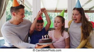 blazen, kaukasisch, taart, kaarsjes, familie beeltenis, jarig, wa, hoedje, feestje, het glimlachen meisje, terwijl