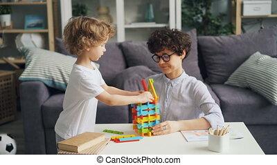 blokjes, gezin, zoon, helder, bouwsector, moeder, thuis, spelend, vrolijke