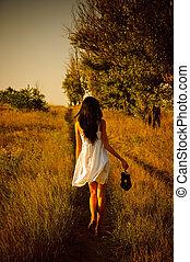 blootsvoets, schoentjes, hand, field., meisje, jurkje, witte , achterk bezichtiging