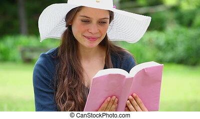 boek, brunette, vrolijke , lezende