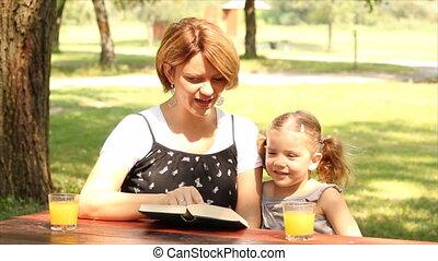 boek, dochter, lezende , moeder