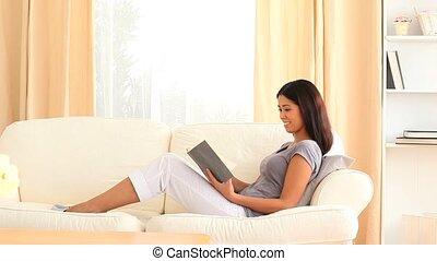 boek, vrouw, jonge, lezende