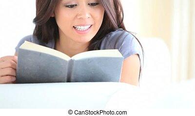 boek, vrouw, serieuze , lezende