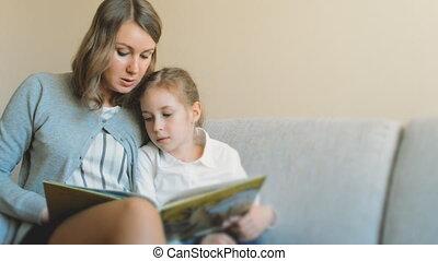 book., dochter, moeder, lezende
