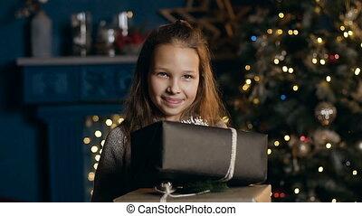 boom., grit, kamer, beatiful, twee, kerstmis, fototoestel, vasthouden, verticaal, het glimlachen van het meisje, kado