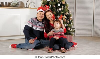 boompje, familie poserend, vloer, gelukkige kerstmis, set, zit