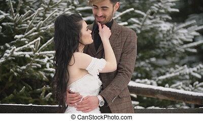bos, paar, jonge, het knuffelen