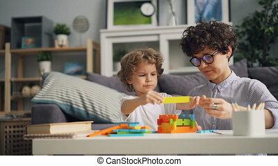 bouwstenen, houten, spel, geconcentreerde, mamma, kind, thuis, spelend, vrolijke