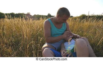 boy., zoon, vrolijk, afsluiten, weinig; niet zo(veel), vertragen, outdoor., vader, jonge, kieteldood, akker, vrolijke , zijn, kind, baby, man, gras, op, samen, hebben, motie, park., plezier, papa, spelend, het liggen