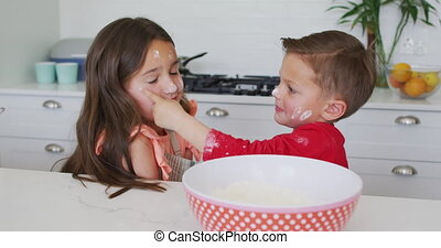 broer, samen, spelend, vrolijke , zuster, deeg, keuken, kaukasisch