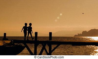brug, rennende , ondergaande zon , twee kinderen