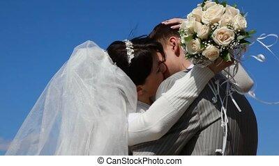 bruidegom, bruid, buiten, het koesteren, kussende