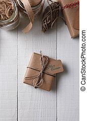 bruine , vlakte papier, verpakte, kerstkado