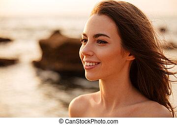 brunette, beeld, op, vrouw, het poseren, afsluiten, het glimlachen, strand