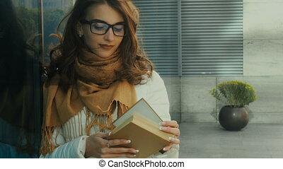 brunette, jonge, het charmeren, boek, student lezen