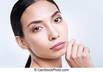 brunette, omhoog tegen, het poseren, aantrekkelijk, achtergrond, afsluiten, witte