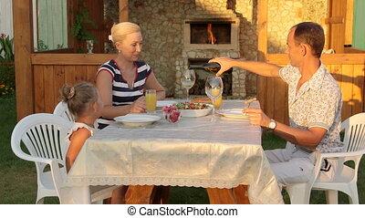 buiten, gezin, jonge, naast, het dineren, kind, achterplaats, openhaard