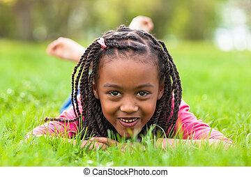 buiten, -, mensen, het liggen, zwart meisje, schattig, dons, verticaal, het glimlachen, afrikaan, gras, jonge