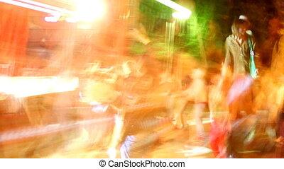 buiten, mooi en gracieus, schoten, dancing, menigte, opeenvolging, concert, strepen, lang, licht, blootgestelde