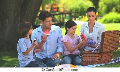 buitenshuis, fruit, familie eten, vrolijke