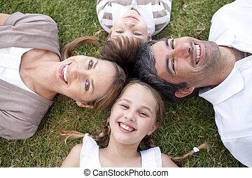 buitenshuis, het glimlachen, het liggen, gezin